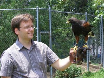 Frivillig behandler en fugl på dyresenteret i Mexico