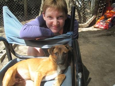 Frivillig jobber med en svak hund på en dyrestellplassering i Argentina