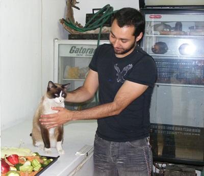 Student på Veterinærmedisinprosjekt i Mexico som behandler en katt