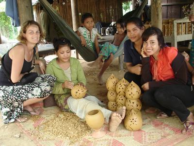 En frivillig på pottemakerkurs sammen med noen lokale damer