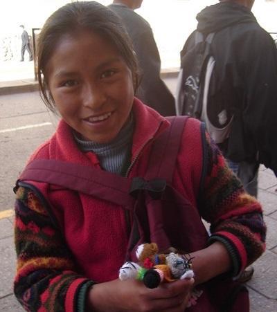 Lokal jente som selger håndverk på gaten i Cochabamba, Bolivia
