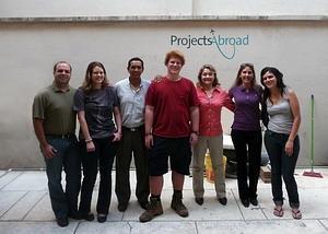Ansatte og frivillige utenfor Projects Abroad i Cochabamba, Bolivia