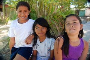 Unge jenter utenfor en plassering for frivillige i Costa Rica, Mellom-Amerika