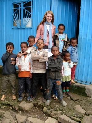Frivillig med barn utenfor et klasserom under prosjektet hennes i Addis Abeba, Etiopia, Afrika