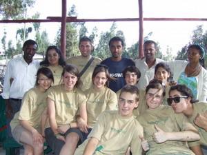 Gruppe med frivillige sammen med lokalt ansatte på Projects Abroads destinasjon i Etiopia