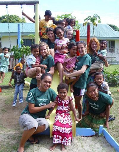 Frivillig på lekeplassen med barn på et prosjekt i Nadi, Fiji