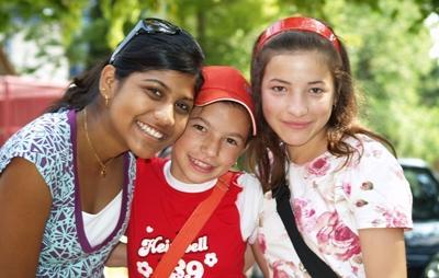 Frivillig sammen med lokale barn på sin prosjektplassering i Europa