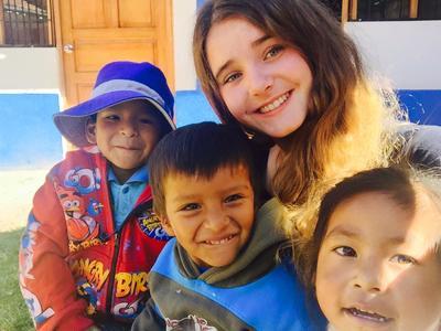 En frivillig sammen med barn fra Barn & Ungdomsprosjektet i Peru
