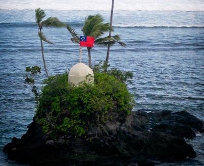 Øy med det samoanske flagget på en plassering for frivillig arbeid i Stillehavet