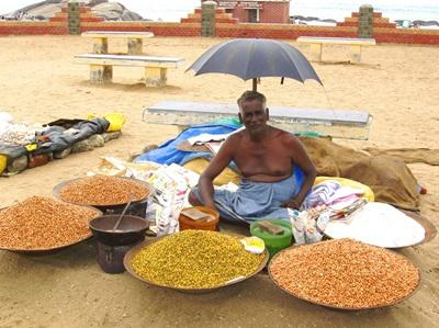 En indisk mann som selger matvarer langs gaten i India