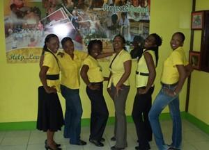 Ansatte som jobber med frivillige poserer på kontoret sitt på Jamaica