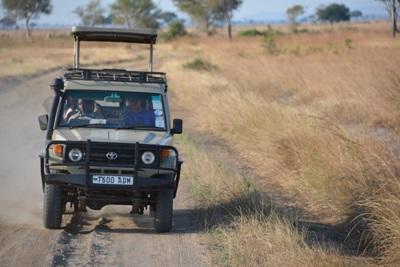 Frivillige som reiser med jeep gjennom øde landskap i Kenya, Afrika