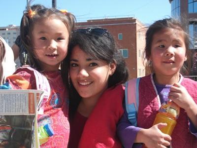 Frivillig møter lokale barn i Mongolia, Asia