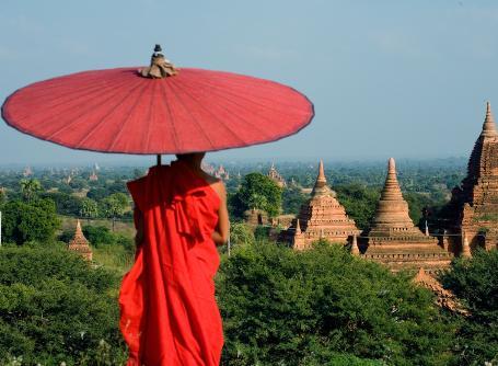 En lokal munk skuer utover den flotte utsikten Myanmar har å by på