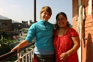 Frivillig med nepalsk kvinne på et prosjekt i Nepal