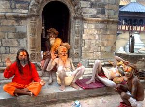 Hellige hinduistiske menn i nepalske gater
