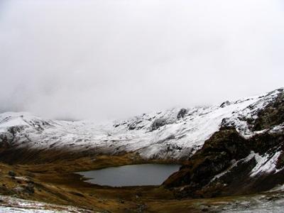 Snødekte fjelltopper i nærheten av en plassering for frivillig arbeid i Peru