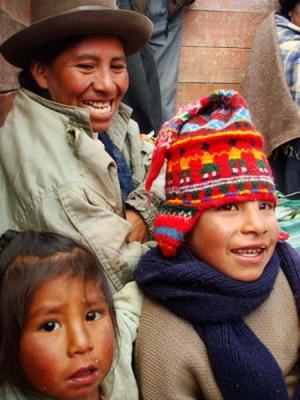 Lokal kvinne og hennes barn i den Hellige Dal i Peru