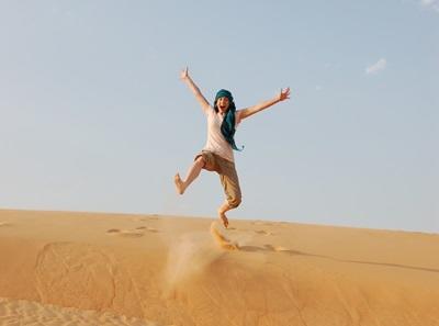 Frivillig som gjør et hopp midt i ørkenen under en reise i Senegal