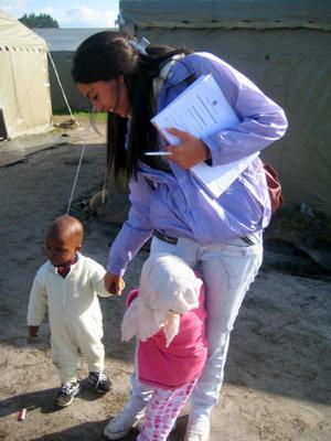 Kvinnelig frivillig med barn på et prosjekt i Cape Town, Sør-Afrika