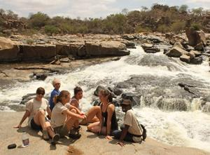 Frivillige i Sør-Afrika som besøker en foss under sitt opphold på frivillig arbeid med Projects Abroad
