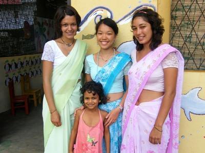 Frivillige med tradisjonelle klær på et prosjekt på Sri Lanka