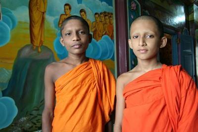 Munker på Sri Lanka, kledd i tradisjonelle klær
