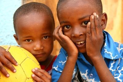 Unge gutter på en plassering for frivillige med Projects Abroad i Tanzania