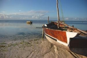 Båt på vannet i nærheten av et prosjekt for frivillig arbeid i Tanzania