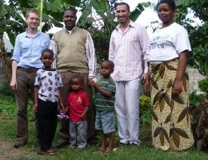 Frivillige sammen med lokal vertsfamilie på et prosjekt i Tanzania