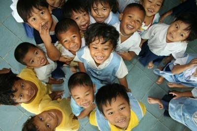 Unge barn på et omsorgsenter på et barn- og ungdomprosjekt i Thailand