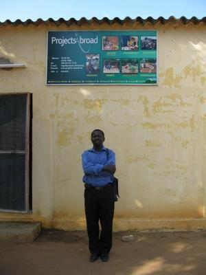 Ansatte fra Projects Abroad foran kontoret i Togo