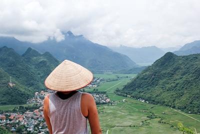 Frivillig står og ser utover den flotte utsikten over landsbyen Mai Chau