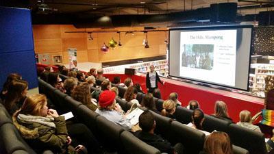 Frivillig-holder-presentasjon-på-infomøte-om-frivillig-arbeid