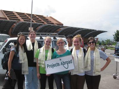 Frivillige blir hentet på flyplass i Nepal av Projects Abroad ansatte